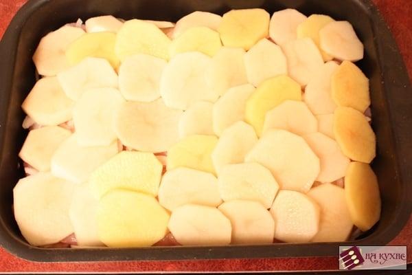 Куриное филе, запеченное с картофелем под майонезом - приготовление, шаг 11