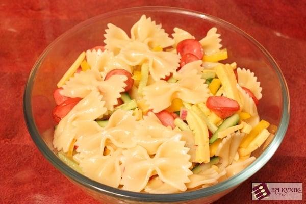 Теплый салат с макаронами Фарфалле, сосисками и овощами - приготовление, шаг 9