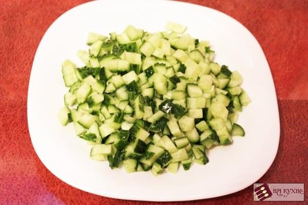 Салат с копченой курицей, горошком и сухариками - приготовление, шаг 5