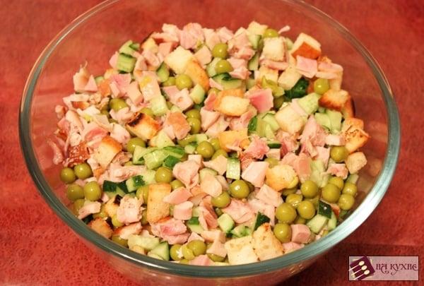 Салат с копченой курицей, горошком и сухариками - приготовление, шаг 6