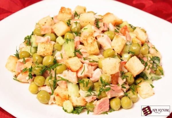 Салат с копченой курицей, горошком и сухариками - приготовление, шаг 7