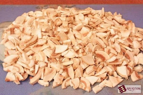 Салат с курицей, грибами и ананасами «Ромашка» - приготовление, шаг 2