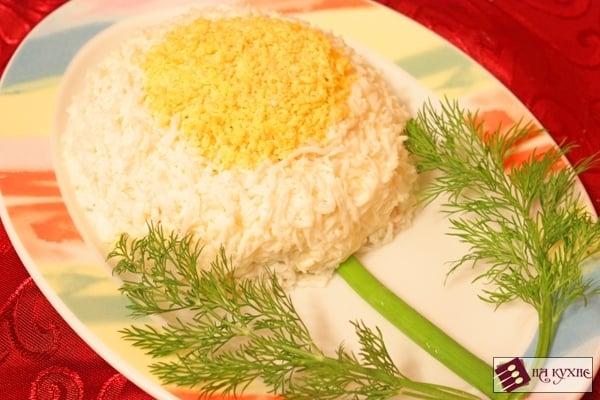 Салат с курицей, грибами и ананасами «Ромашка» - приготовление, шаг 10