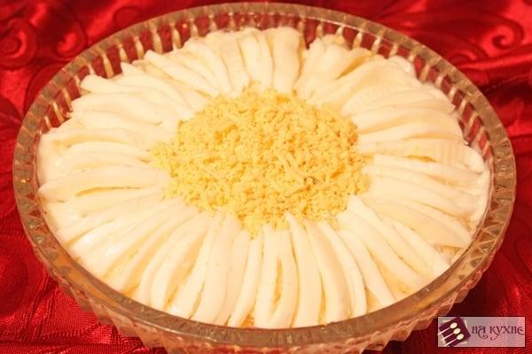 Салат с курицей, грибами и ананасами «Ромашка» - приготовление, шаг 11