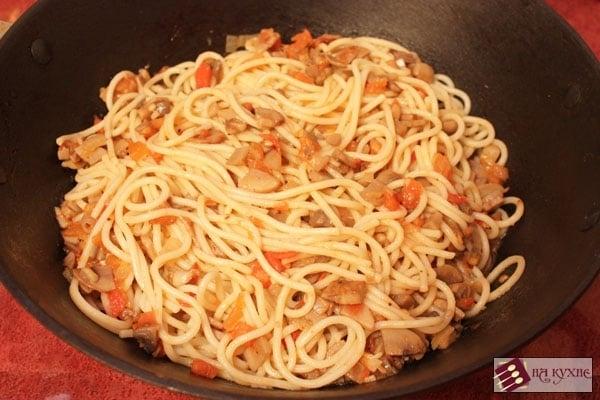 Острые спагетти с грибами и помидорами - приготовление, шаг 8