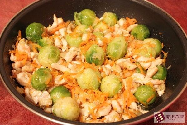 Брюссельская капуста с курицей и овощами - приготовление, шаг 8