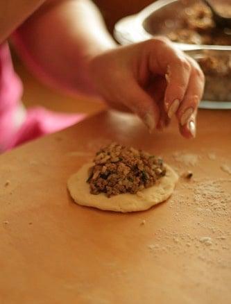 Печеные пирожки на кефире - приготовление, шаг 2