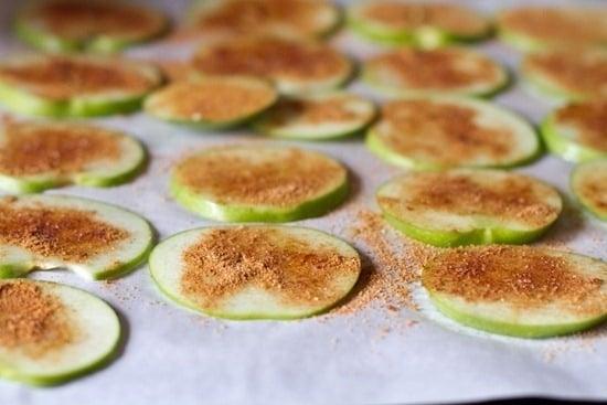 Яблочные чипсы с корицей - приготовление, шаг 2