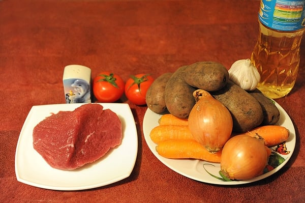 Картофель с говядиной и черносливом, тушеные в горшочке - приготовление, шаг 1