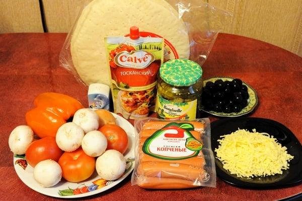 Пицца на готовой основе с сосисками и овощами - приготовление, шаг 1