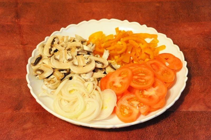 Пицца на готовой основе с сосисками и овощами - приготовление, шаг 2
