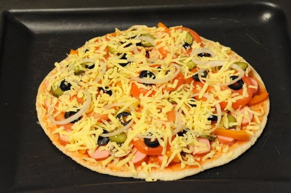 Пицца на готовой основе с сосисками и овощами - приготовление, шаг 7