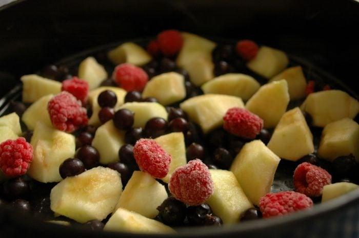 Шарлотка с яблоками и ягодами - приготовление, шаг 3