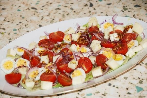 Салат с моцареллой, перепелиными яйцами и помидорами - приготовление, шаг 4
