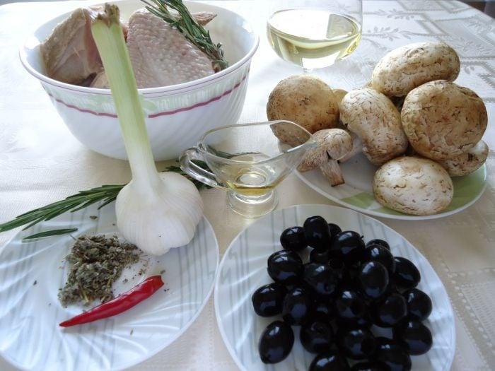 Курица с грибами и маслинами в белом вине - приготовление, шаг 1