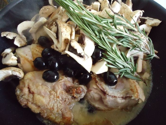 Курица с грибами и маслинами в белом вине - приготовление, шаг 4