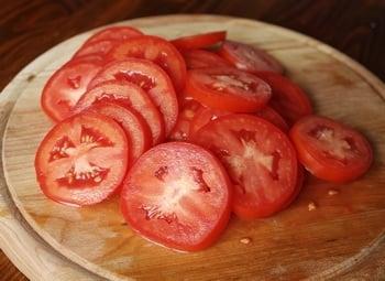 Салат с моцареллой, баклажанами и помидорами - приготовление, шаг 2