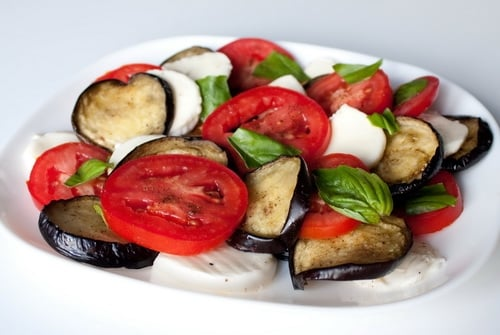 Салат с моцареллой, баклажанами и помидорами - приготовление, шаг 4
