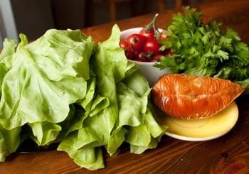 Салат с лососем, салатом латук и помидорами черри - приготовление, шаг 1