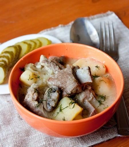 Тушеные ребрышки с картофелем и грибами - приготовление, шаг 4