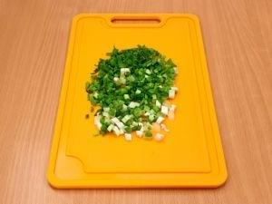 Салат с колбасой, сыром и помидорами - приготовление, шаг 4