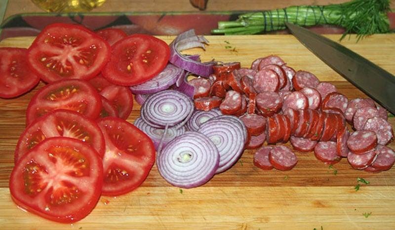 Фритатта с помидорами и охотничьими колбасками - приготовление, шаг 1