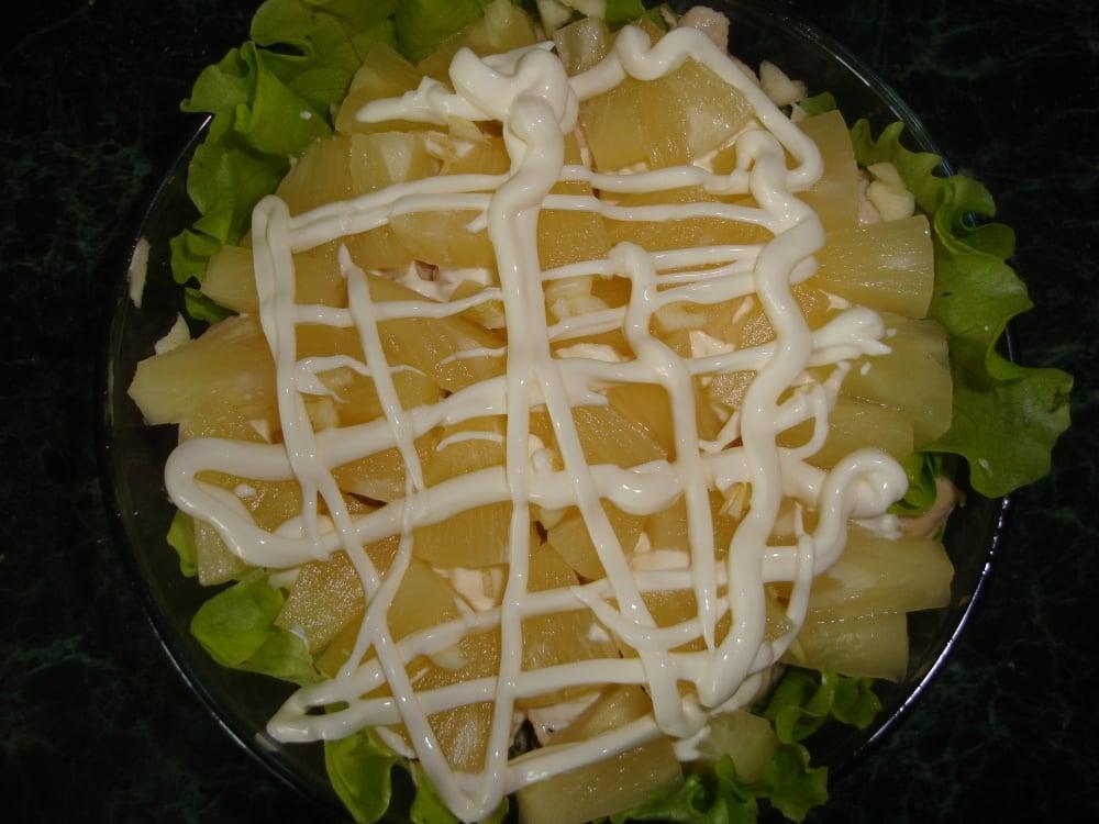 Салат из курицы и ананасов