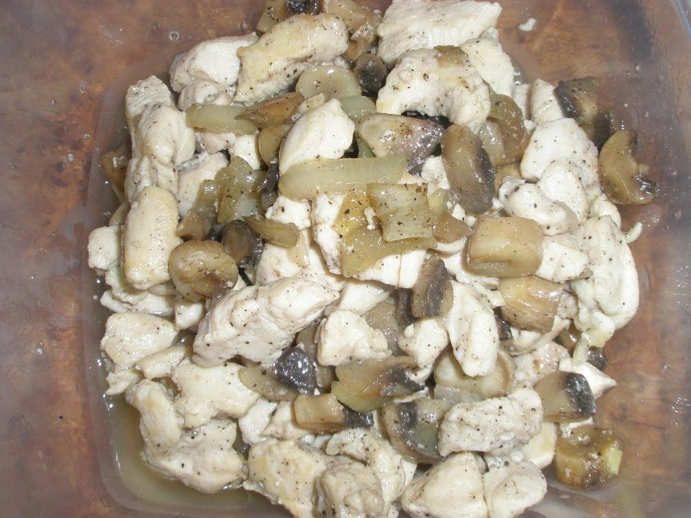 Слойки с курицей и грибами - приготовление, шаг 2