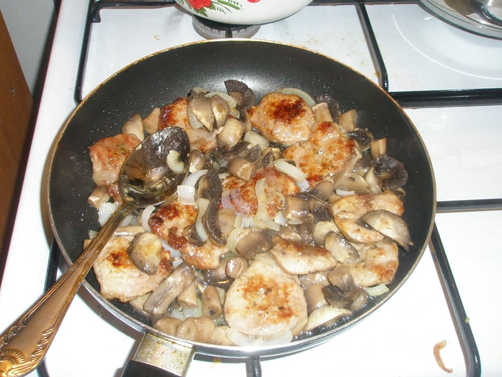 Телятина в сметане с грибами - приготовление, шаг 6