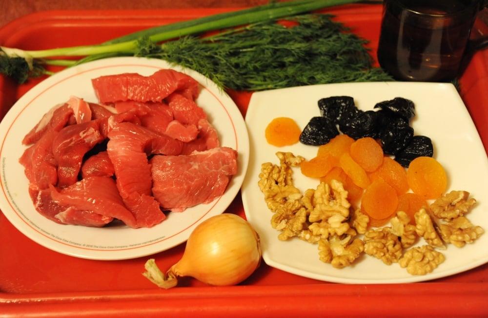 Тушеная телятина с курагой, черносливом и орехами в белом вине - приготовление, шаг 1
