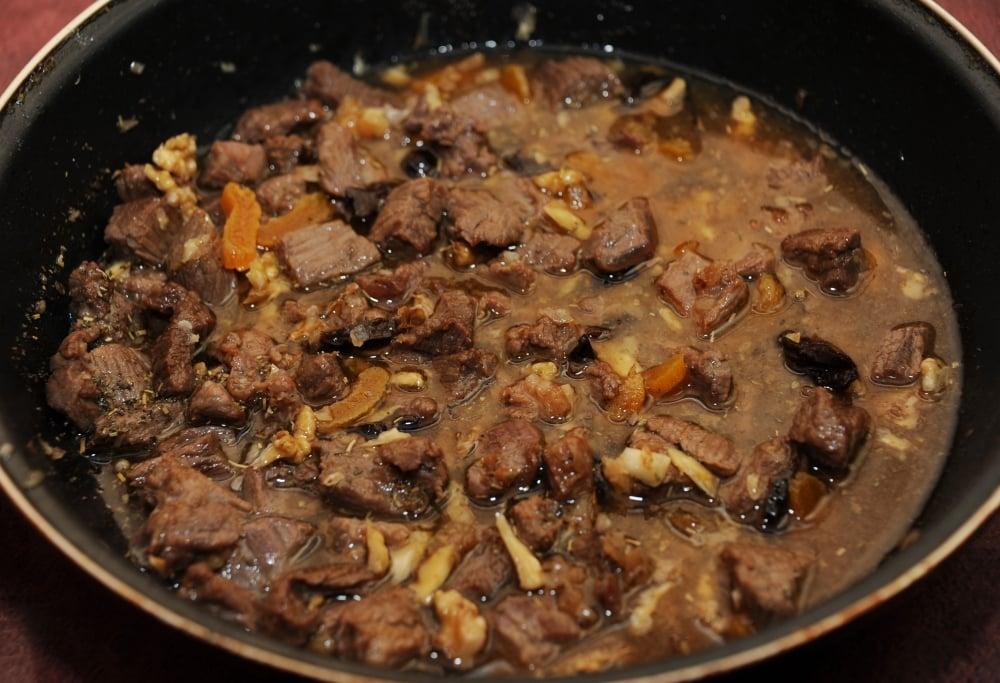 Тушеная телятина с курагой, черносливом и орехами в белом вине - приготовление, шаг 5
