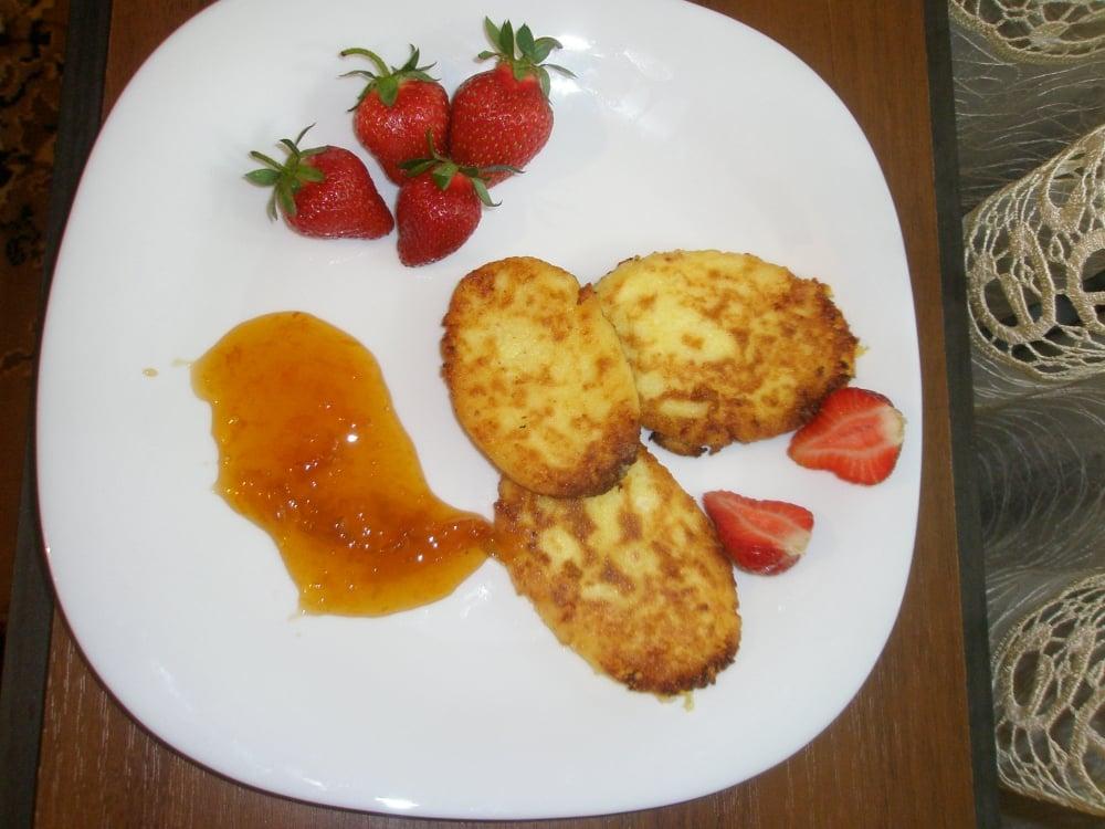 Сырники с клубникой и абрикосовым джемом - приготовление, шаг 1