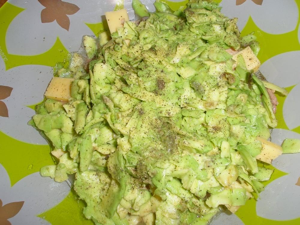 Салат слоеный с тунцом и авокадо - приготовление, шаг 3