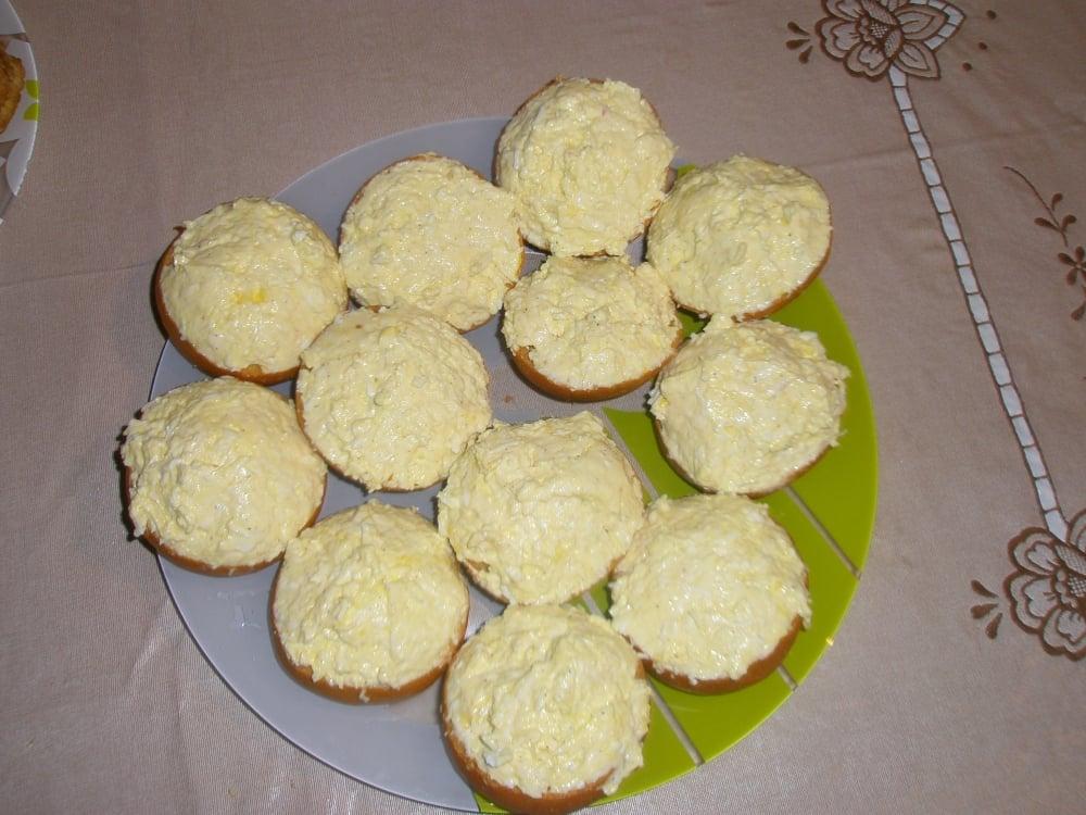 Салат-закуска с яйцом и сыром на гренках - приготовление, шаг 1