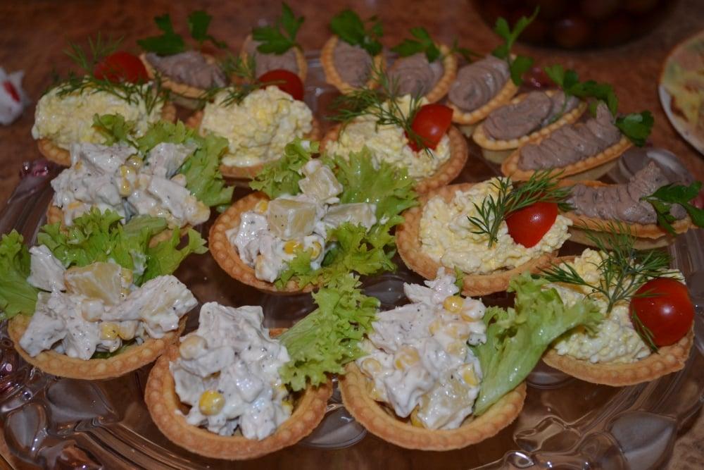 Салат с курицей и ананасом в тарталетках - приготовление, шаг 1