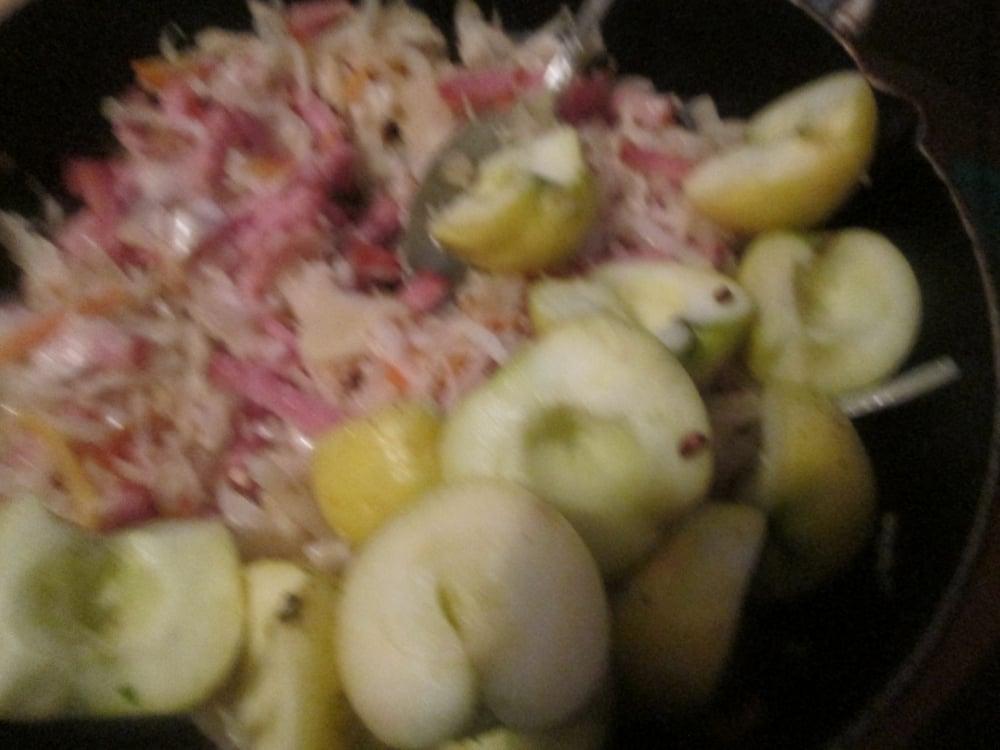 Гусь, фаршированный квашенной капустой с копченостями - приготовление, шаг 1