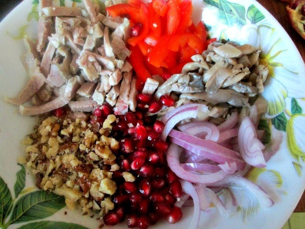 Мясной салат с гранатом и орехами - приготовление, шаг 1