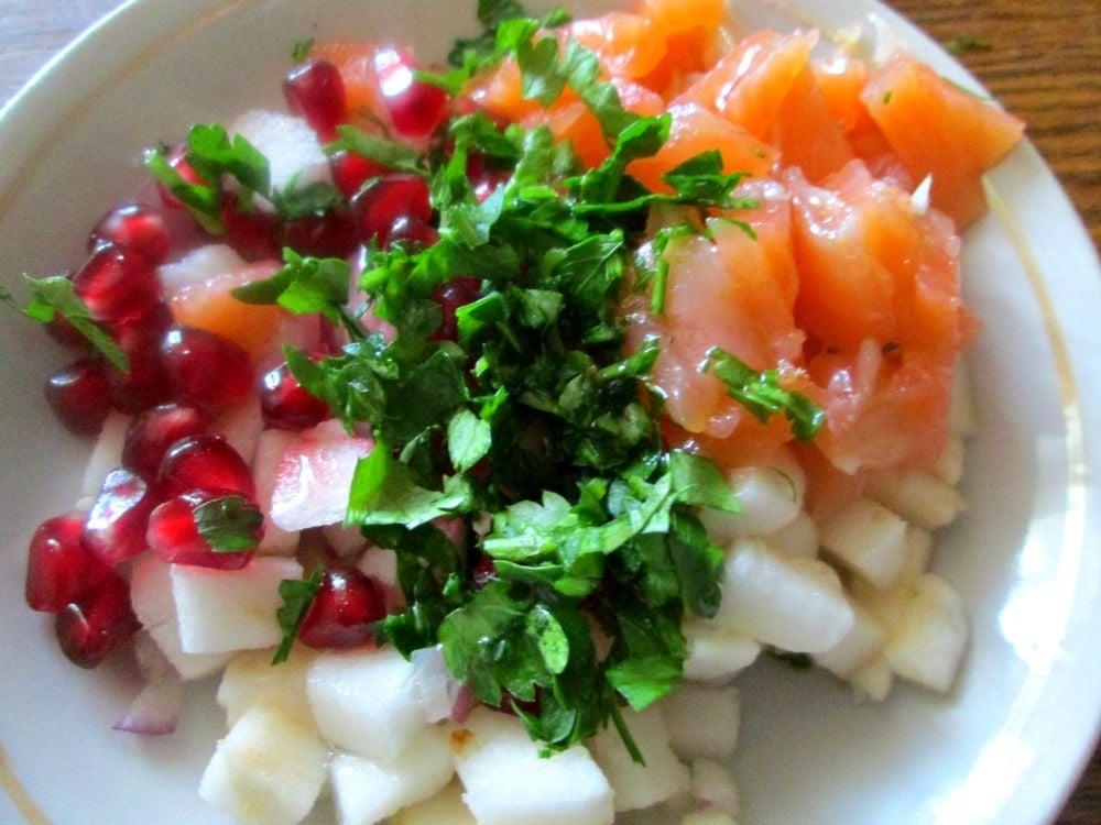 Салат из семги с яблоком на хлебных чипсах - приготовление, шаг 2