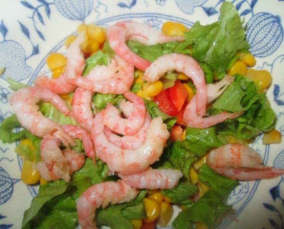 Салат с ветчиной, кукурузой и креветками  - приготовление, шаг 3