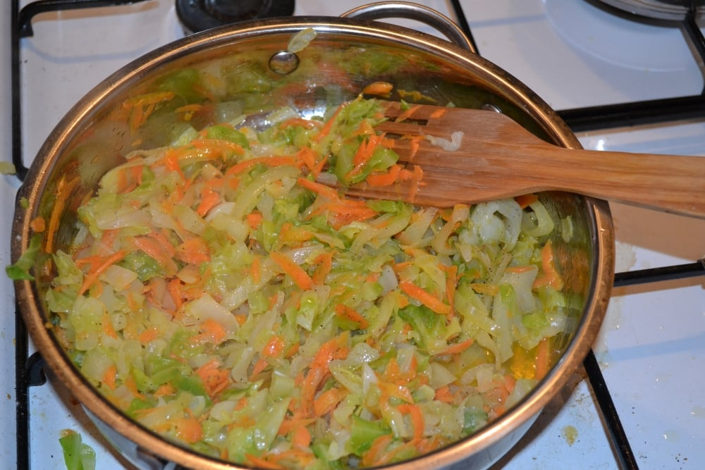 Тушенная молодая капуста - приготовление, шаг 4