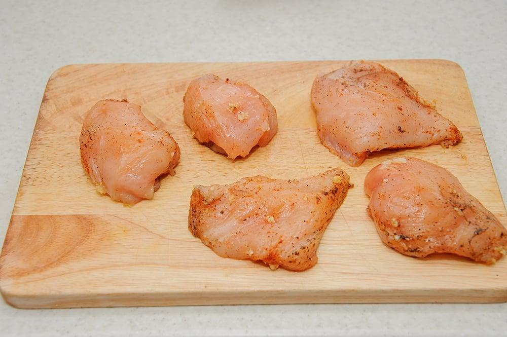 Салат Цезарь с курицей - приготовление, шаг 3