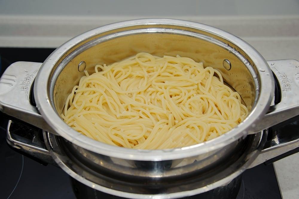 Спагетти с грибами и куриным филе в сливочном соусе - приготовление, шаг 7