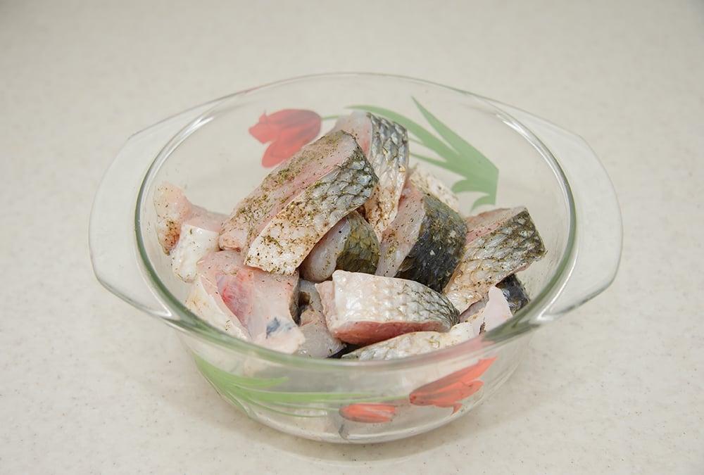 Рыба в сметане, запеченая в духовке - приготовление, шаг 3