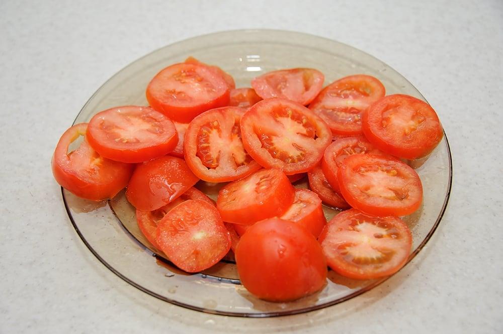 Куриное филе с кабачками, помидорами под сырной корочкой с кунжутом - приготовление, шаг 3