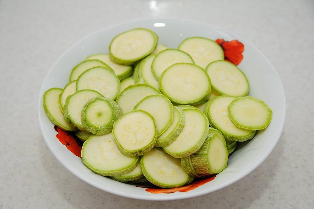 Куриное филе с кабачками, помидорами под сырной корочкой с кунжутом - приготовление, шаг 4
