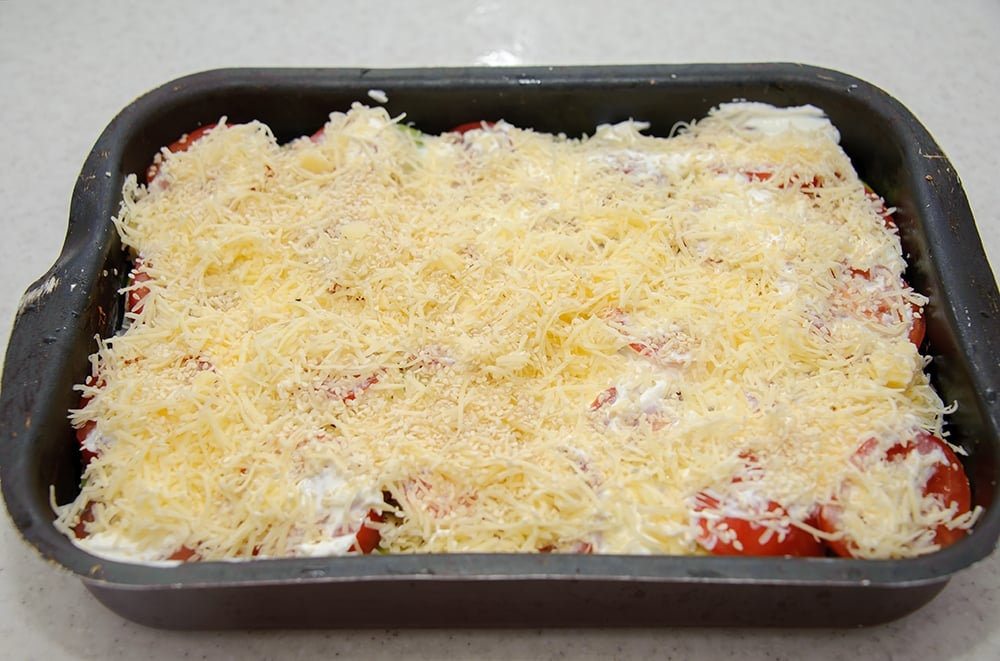 Куриное филе с кабачками, помидорами под сырной корочкой с кунжутом - приготовление, шаг 6