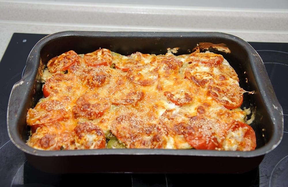 Куриное филе с кабачками, помидорами под сырной корочкой с кунжутом - приготовление, шаг 7