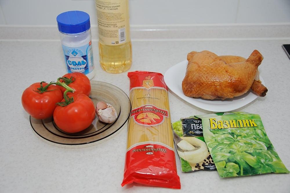 Спагетти с копченой курицей, помидорами и базиликом - приготовление, шаг 1