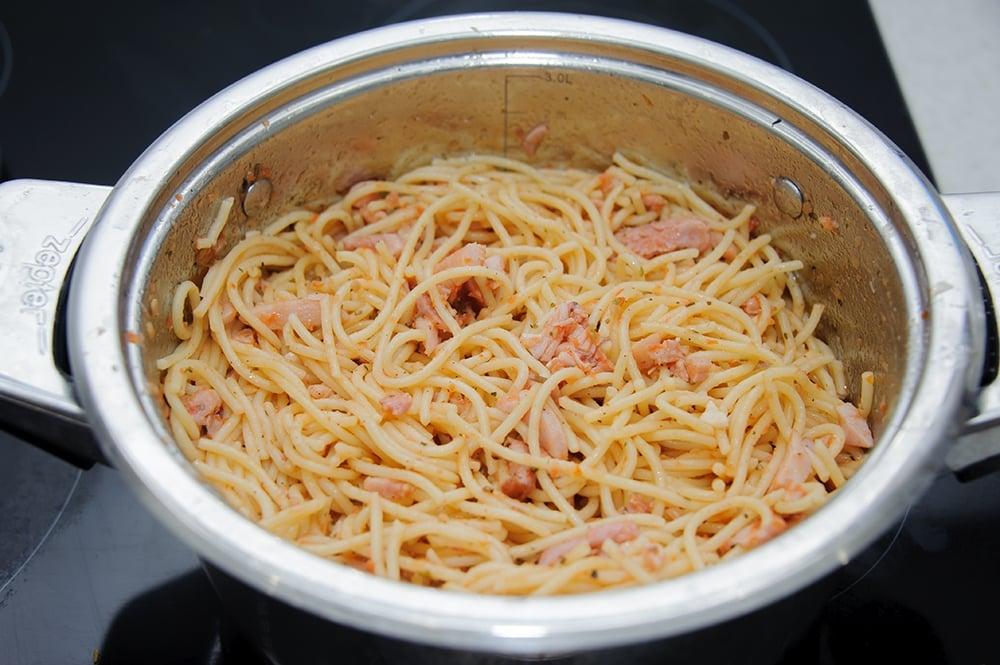 Спагетти с копченой курицей, помидорами и базиликом - приготовление, шаг 7