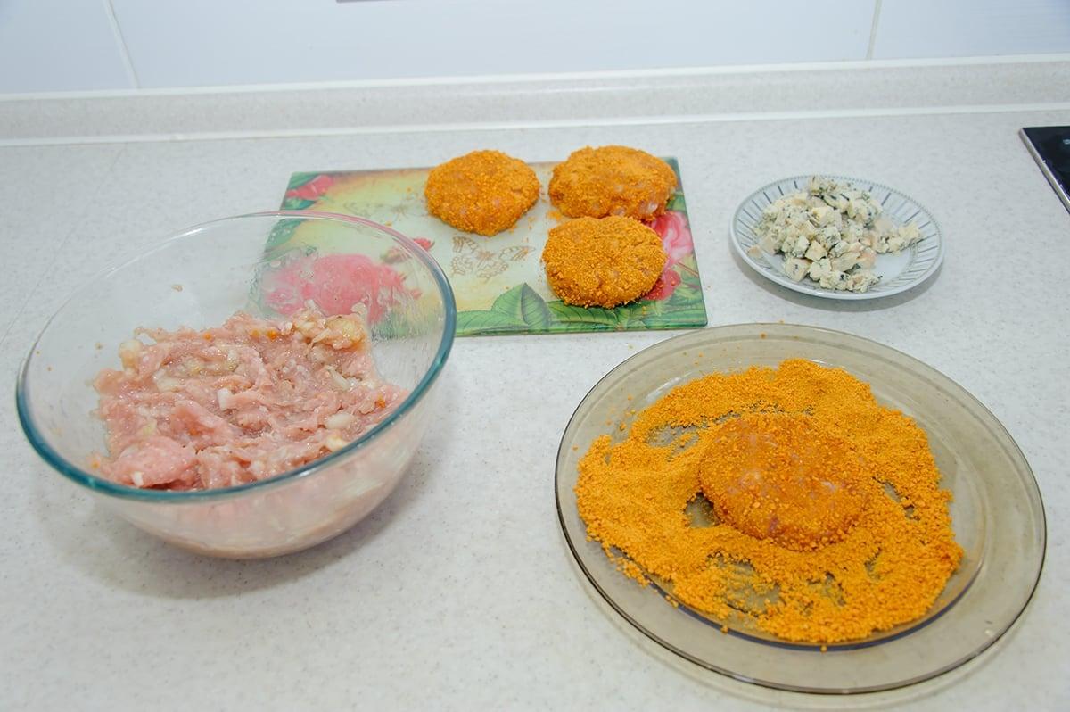 Куриные котлеты с сыром Дор Блю - приготовление, шаг 5